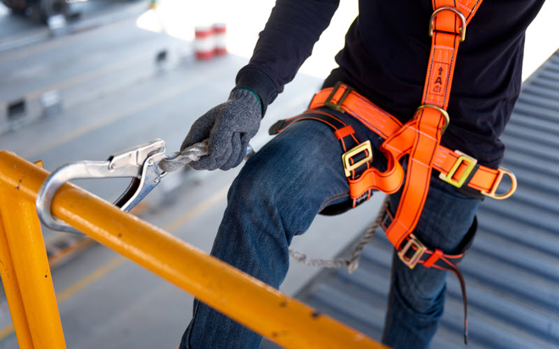 Worker using safety harness at work - SIPMM